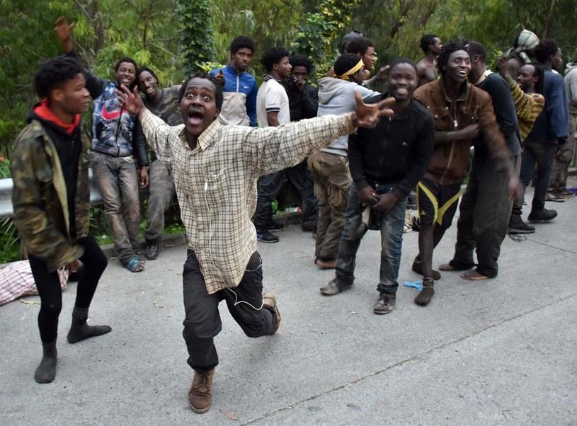 Migranci cieszą się po przekroczeniu granicy między Marokiem i Ceutą - hiszpańską enklawą /AFP