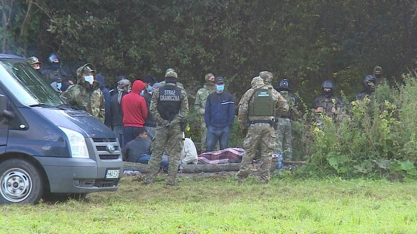 Migranci koczują na granicy /polsatnews.pl /Polsat News