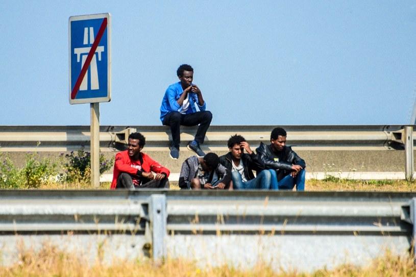 Migranci koszujący w Calais /AFP