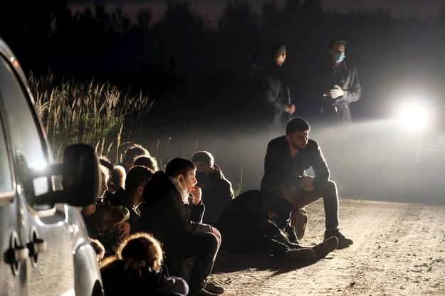 Migranci na granicy Białorusi z krajami Unii Europejskiej na zdjęciu ilustracyjnym /VALDA KALNINA /PAP/EPA
