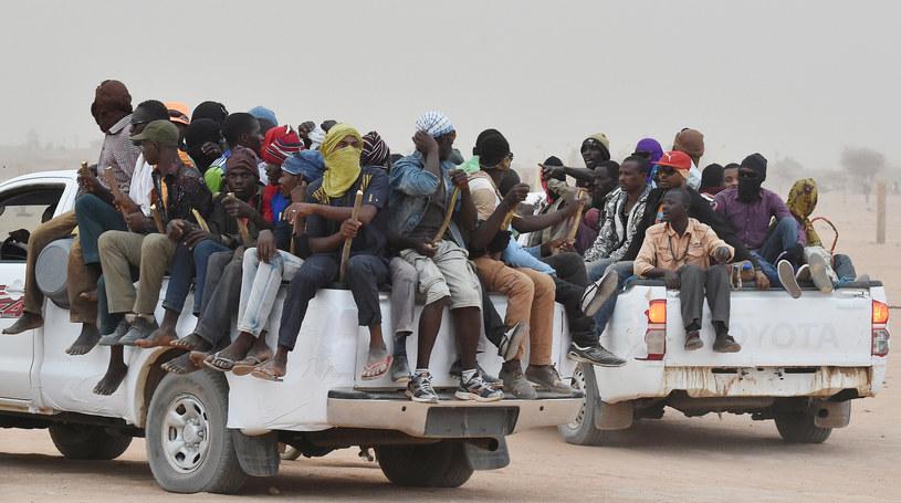 Migranci na pick-upach w miejscowości Agadez w Nigrze /ISSOUF SANOGO /AFP
