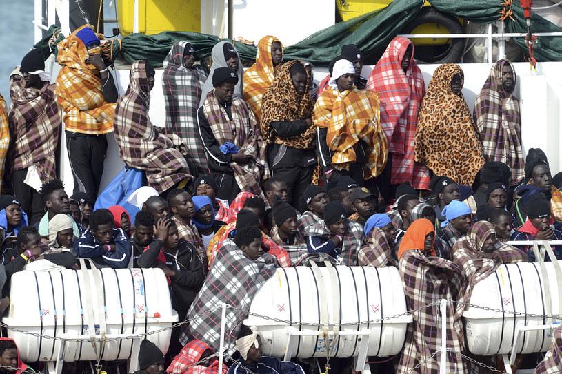 Migranci na statku we włoskim porcie Catania /GIOVANNI ISOLINO /AFP
