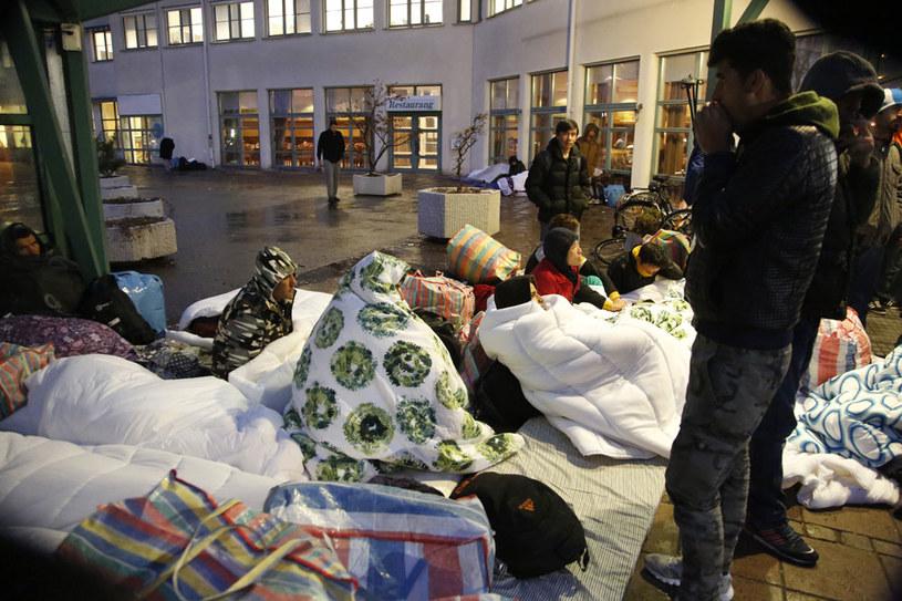 Migranci przed urzędem w Malmoe /AFP