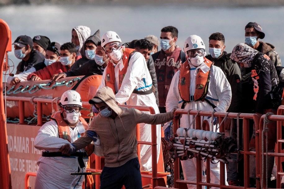 Migranci przybywający do portu Arguineguin w Mogan na Wyspach Kanaryjskich w Hiszpanii, sierpień 2020 r. /Ángel Medina G. /PAP/EPA