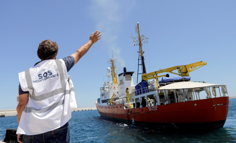 """Migranci przypłynęli statkiem """"Aquarius"""" /Kai Foersterling /PAP"""