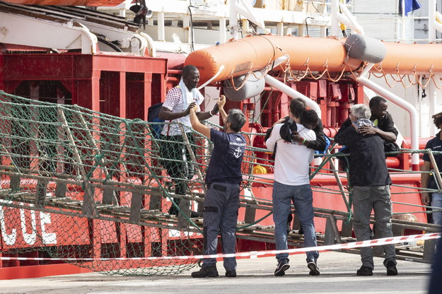 Migranci schodzący na włoski brzeg /FRANCESCO RUTA /PAP/EPA