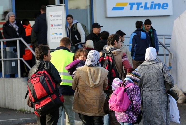 Migranci w kolejce na prom do Szwecji /BERND WUESTNECK / DPA / AFP /AFP