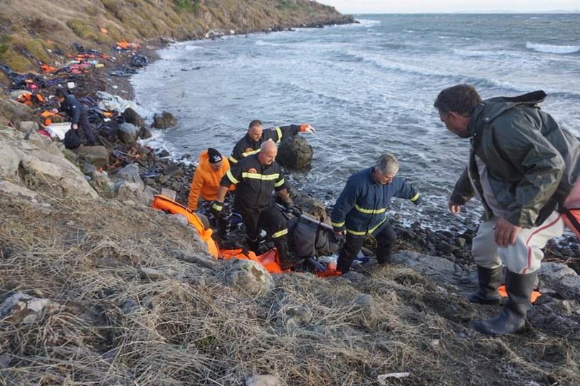 Migranci wciąć przypływają na Lesbos /PAP/EPA