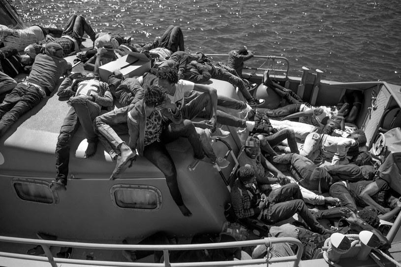 Migranci z Afryki na pokładzie łodzi straży przybrzeżnej w porcie w hiszpańskim Algeciras /AFP