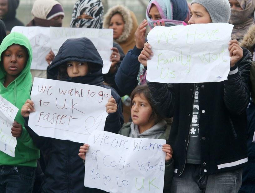 Migranci z Calais chcą dostać się do Wielkiej Brytanii /AFP