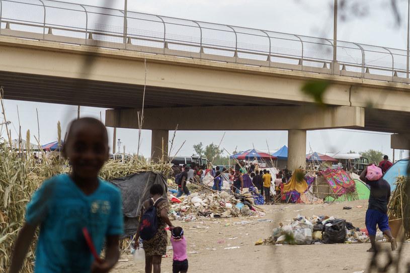 Migranci z Haiti usiłujący dostać się do USA przy moście Del Rio w Teksasie /PAUL RATJE/AFP /AFP