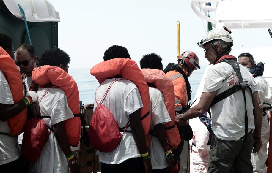 Migranci z pokładu Aquariusa opuszczają pokład statku /Kenny Karpov  /PAP/EPA