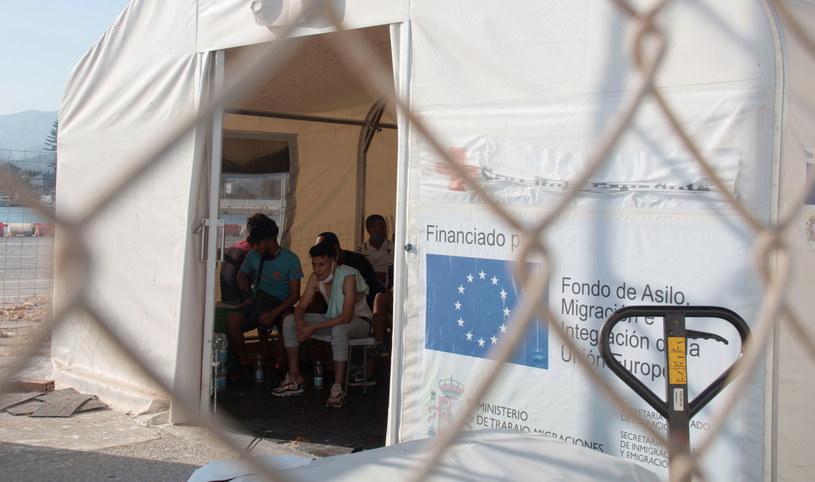 Migranci z północnej Afryki w hiszpańskim ośrodku. Zdjęcie ilustracyjne. /PAP/EPA/ALBA FEIXAS /PAP/EPA