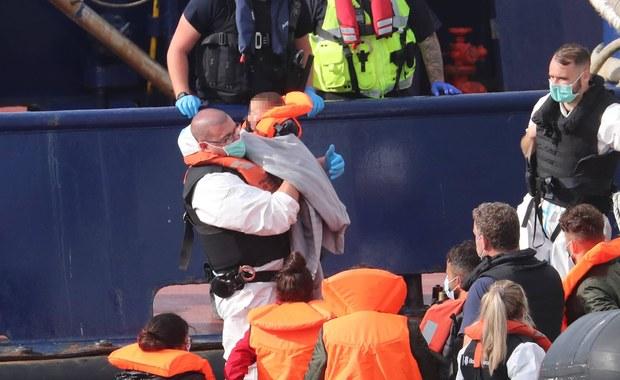 Migranci zostawieni przez Francuzów na brytyjskich wodach