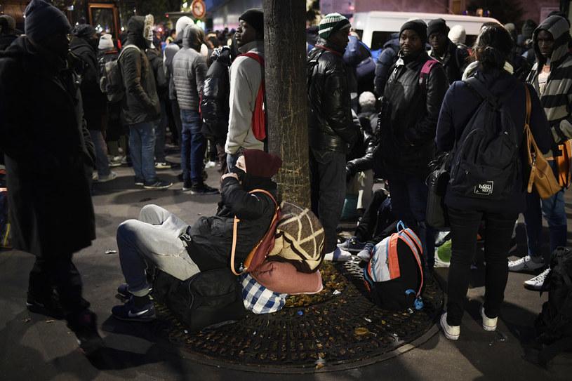 Migranic zostaną przewiezieni autobusami do ośrodków w Paryżu /AFP