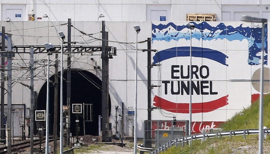 Migrant był ukryty w ciężarówce z trumnami załadowanej na pociąg jadący pod Kanałem La Manche do Wielkiej Brytanii. /YOAN VALAT  /PAP/EPA