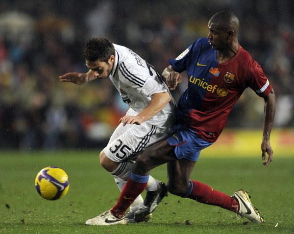 Miguel Palanca (z lewej) w pojedynku z Erikiem Abidalem z Barcelony /AFP