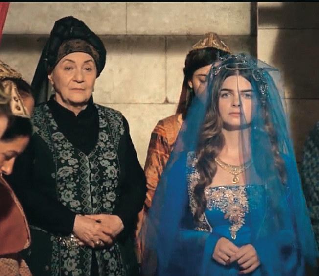 Mihrimah nie podziela radości gości weselnych, ponieważ nie kocha Rustema /materiały prasowe