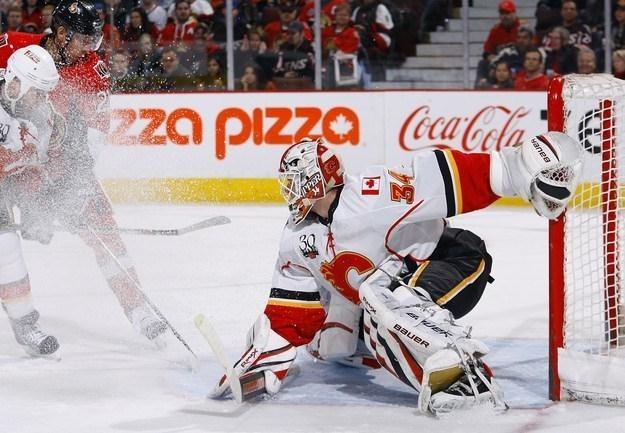 Mika Kiprusoff z Calgary Flames obronił dwa rzuty karne. /AFP