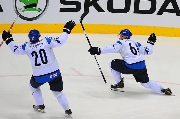 Mikael Granlund (z prawej) fetuje gola strzelonego Rosji. /AFP