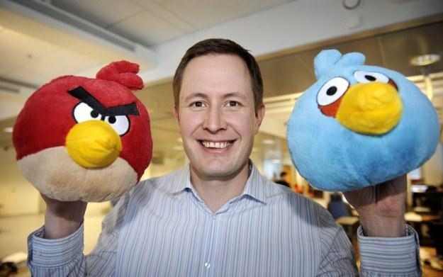 Mikael Hed pozujący z pluszowymi odpowiednikami bohaterów gry Angry Birds /AFP