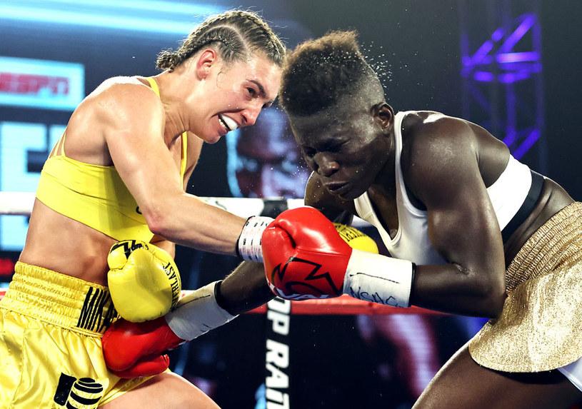 Mikaela Mayer (z lewej) podczas walki z Helen Joseph /Getty Images