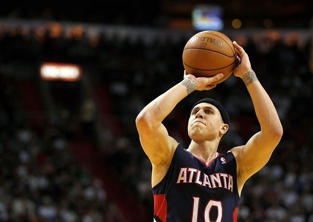 Mike Bibby zdobywa punkty dla Atlanta Hawks /AFP