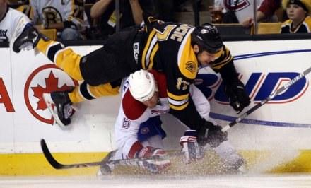 Mike Komisarek nie boi się ostrych starć. Przekonał się o tym Milan Lucic z Boston Bruins /AFP