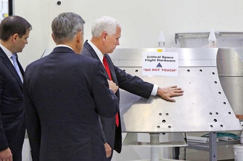Mike Pence, wiceprezydent USA, i wiele mówiące zdjęcie z wizyty w NASA /NASA