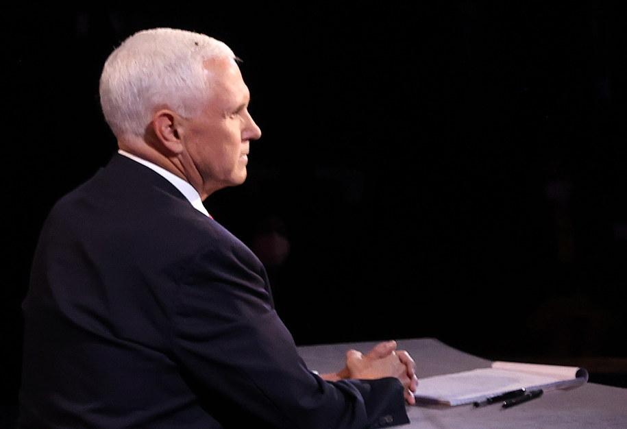 Mike Pence z muchą na głowie /Justin Sullivan /PAP/EPA