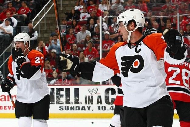Mike Richards poprowadził Philadelphia Flyers do zwycięstwa w meczu z Lightning. /AFP