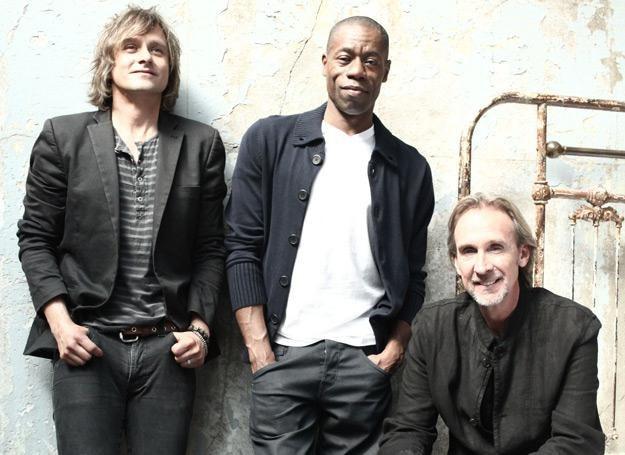 Mike Rutheford (pierwszy z prawej) z nowym składem Mike & The Mechanics /Sony Music