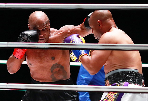 Mike Tyson i Roy Jones Jr. w ringu podczas gali w Los Angeles /Joe Scarnici /PAP/EPA