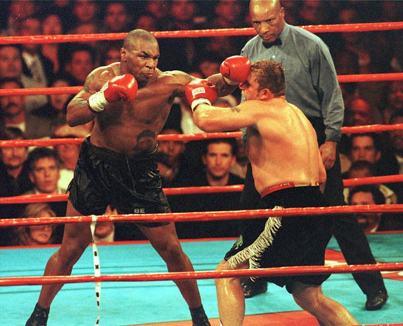 Mike Tyson podczas walki z Francoisem Bothą /Getty Images