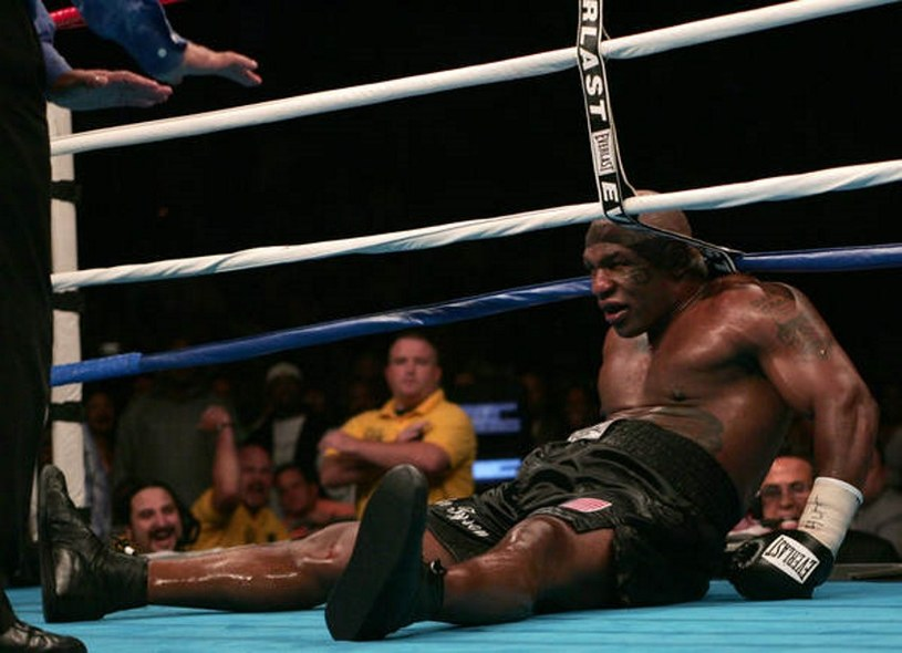 Mike Tyson to jeden z największych herosów w historii wagi ciężkiej, ale zaliczył też spektakularne upadku - w sporcie i w życiu /AFP