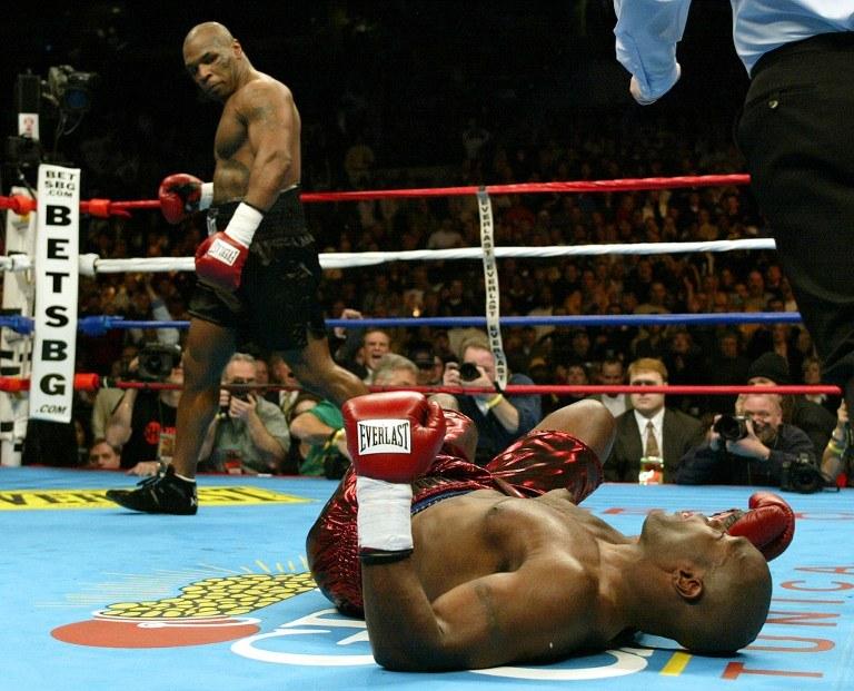 Mike Tyson (z lewej) i Clifford Etienne. Połączył ich ring i odsiadka /AFP
