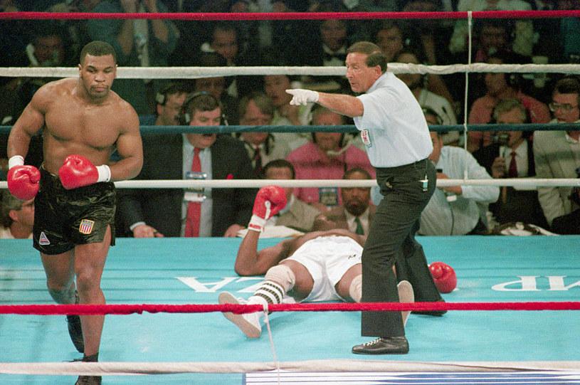 Mike Tyson (z lewej) podczas pamiętnej walki z Michaelem Spinksem /Getty Images