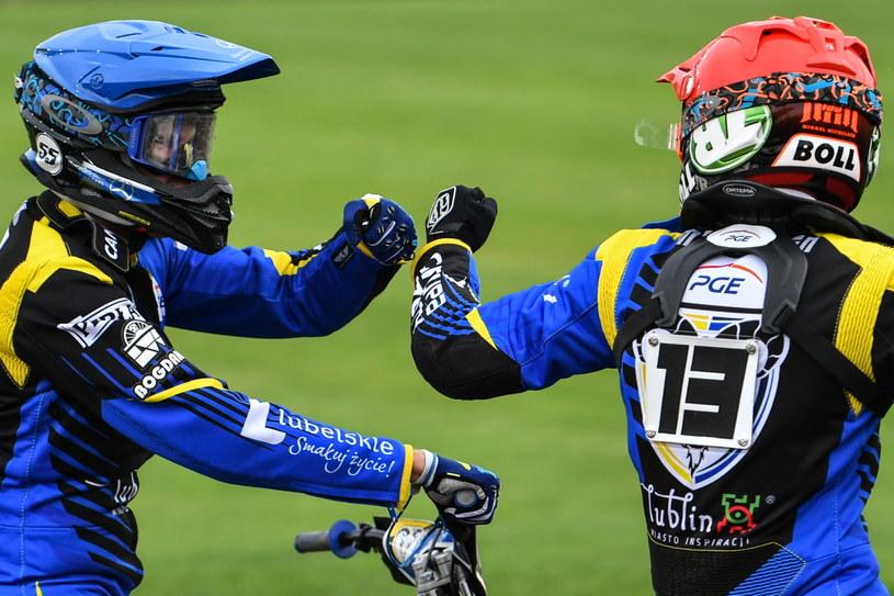 Mikkel Michelsen (z prawej) i Matej Żagar (L) z Motoru Lublin cieszą się podczas meczu żużlowej Ekstraligi z PGG ROW Rybnik /Wojtek Jargiło /PAP