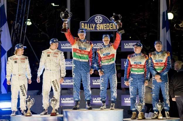 Mikko Hirvonen, Mads Ostberg, Jari-Matti Latvala oraz ich piloci na podium Rajdu Szwecji /AFP