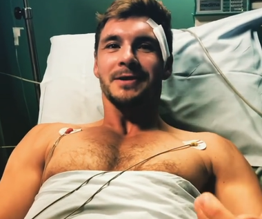 Mikołaj Roznerski tryska zdrowiem na... szpitalnym łóżku