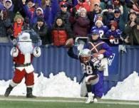 Mikołaje pomagają w transmisji meczów /AFP