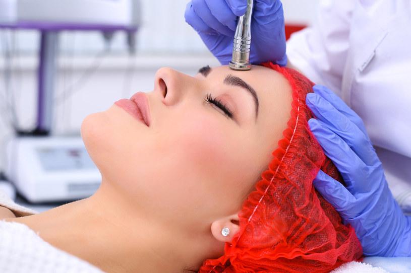 Mikrodermabrazja to zabieg profesjonalnego oczyszczania twarzy /Picsel /123RF/PICSEL