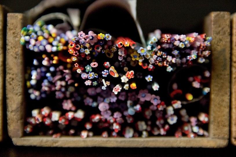 Mikromozaiki wymagają uprzędzenia włókien ze szkła Murano i pocięcia ich na maleńkie elementy /materiały prasowe