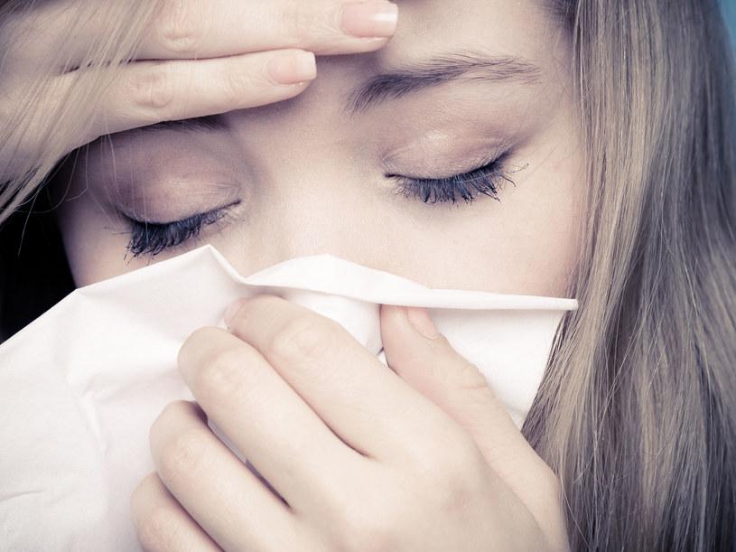 Mikrowylew w oku może powstać np. podczas kichania /123RF/PICSEL