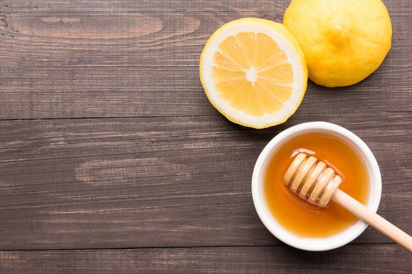 Mikstura z miodu i cytryny pomoże ci pozbyć się włosków /123RF/PICSEL