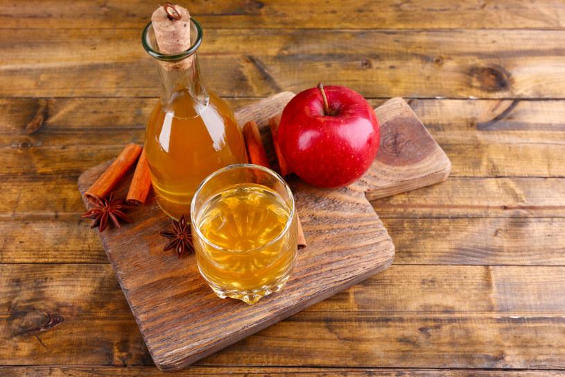 Miksturę z octu i soku jabłkowego pij parę razy dziennie /123RF/PICSEL