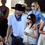 Mila Kunis i Ashton Kutcher całują się na imprezie