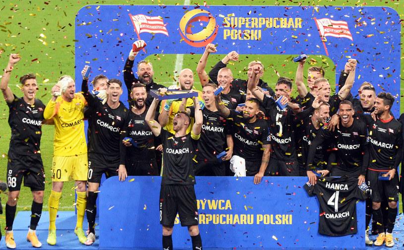 Milan Dimun wznosi trofeum za Superpuchar Polski /Jan Bielecki /East News