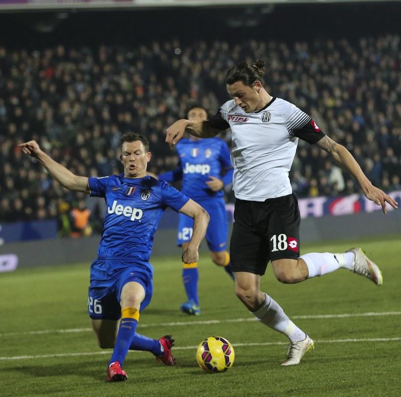 Milan Djurić strzela gola w meczu z Juventusem /PAP/EPA
