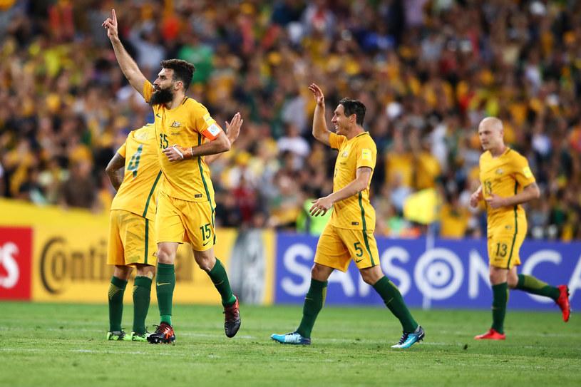 Mile Jedinak (na pierwszym planie) strzelił dwa gole dla Australii, choć początkowo zaliczono mu nawet trzy. /Mark Kolbe /Getty Images